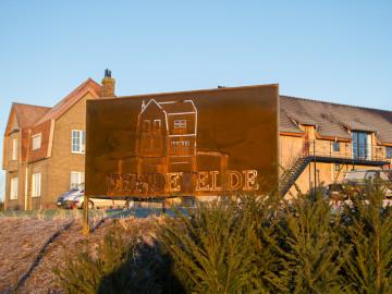 Eyndevelde reclamebord in de groene omgeving van de Vlaamse Ardennen reservatie