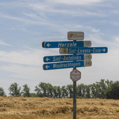 Wegwijzer voor de fietsroutes in de omgeving van Eyndevelde